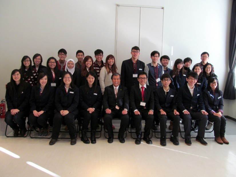 Memorial photo with the mayor of Mishima City